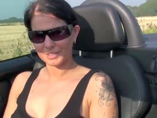 Titten gezeigt während der Autofahrt