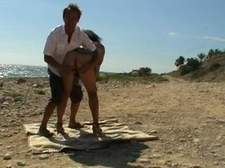Wir ficken an einem oeffentlichen Strand...